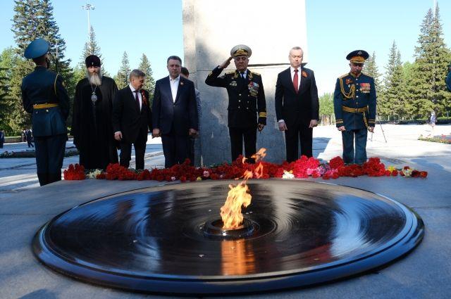 Глава региона возложил цветы к Вечному огню на Монументе Славы.