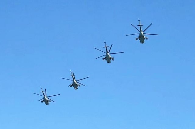 Новейшие истребители-перехватчики МиГ-31, вертолеты и реконструированный самолет МиГ-3 в День Победы пролетели над Новосибирском.