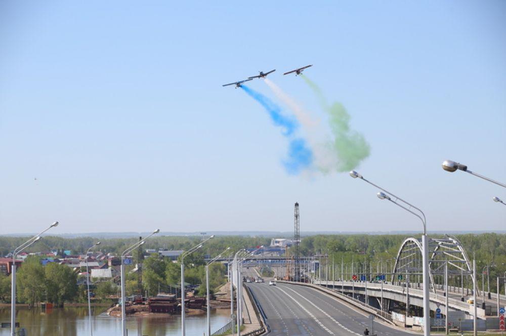В воздухе над мостом кружили самолеты.