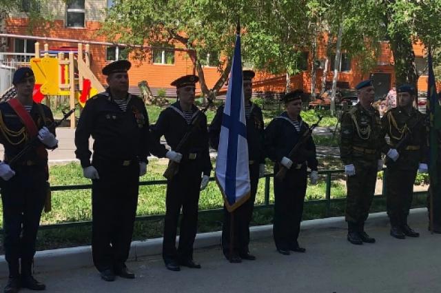 В Тюмени у дома ветерана ВОВ прошел торжественный парад