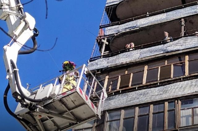 Тюменские спасатели поздравили ветерана ВОВ на высоте 7 этажа