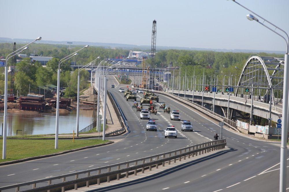 Почетный кортеж заезжает в город по мосту через реку Белую.