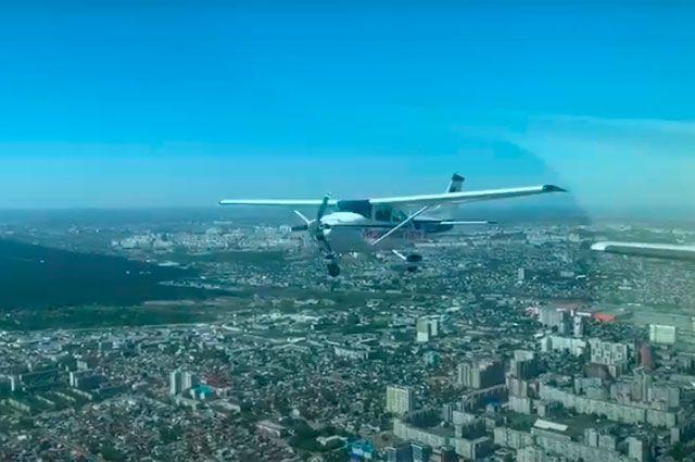 Первыми пролетели три Cessna 182, за ними двойка из самолетов Аэропракт А-22 и Remos.