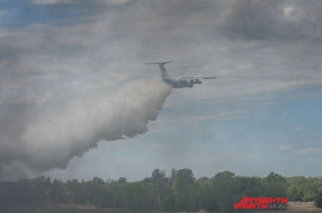 8 мая на тушение пожара привлекли два самолета Ил-76 Министерства обороны.
