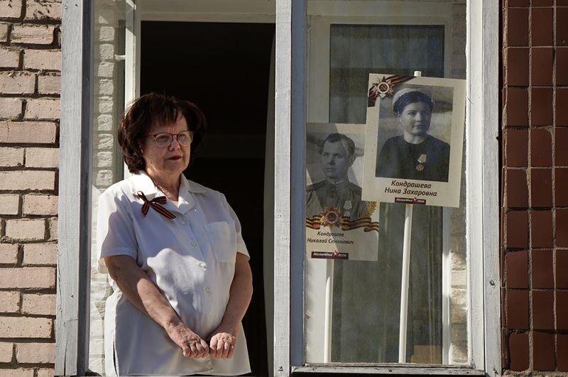Женщина выставила в окне своего дома в Сестрорецке портреты своих родных — ветеранов Великой Отечественной войны. В режиме самоизоляции, когда выйти на улицу с портретами ветеранов нельзя, люди вывешивают их на окнах в рамках Всероссийской акции «Окна Победы».
