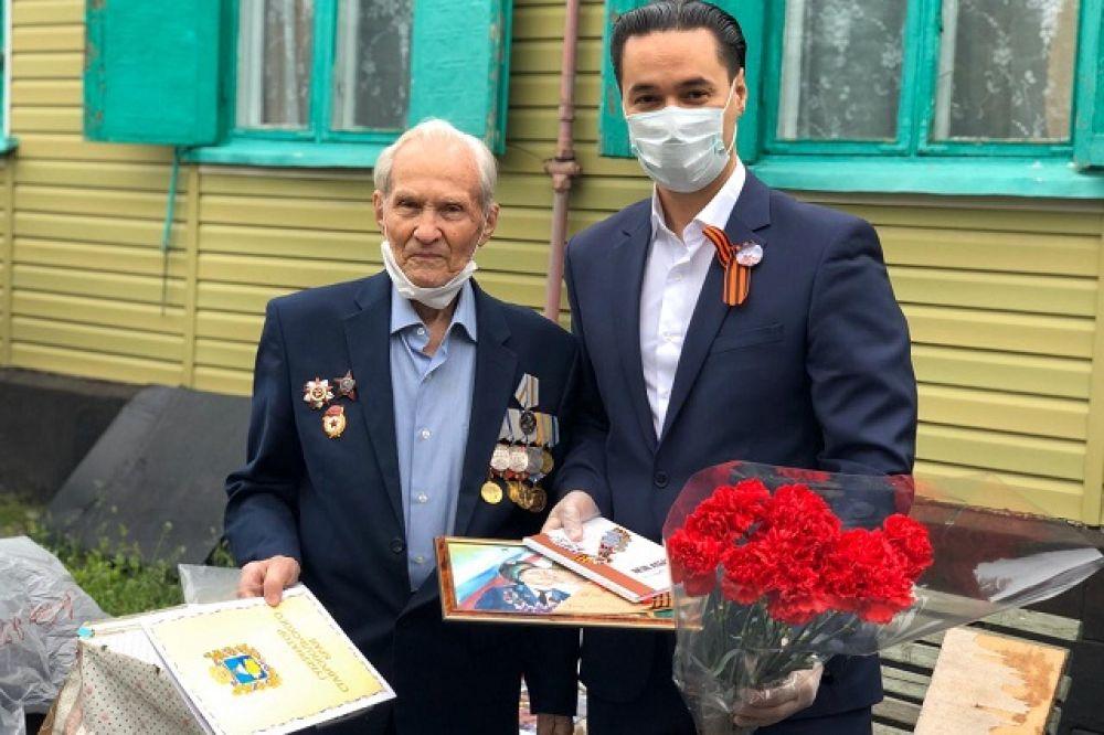 В Ставрополе поздравили ветерана, художника и поэта Якова Асберга.