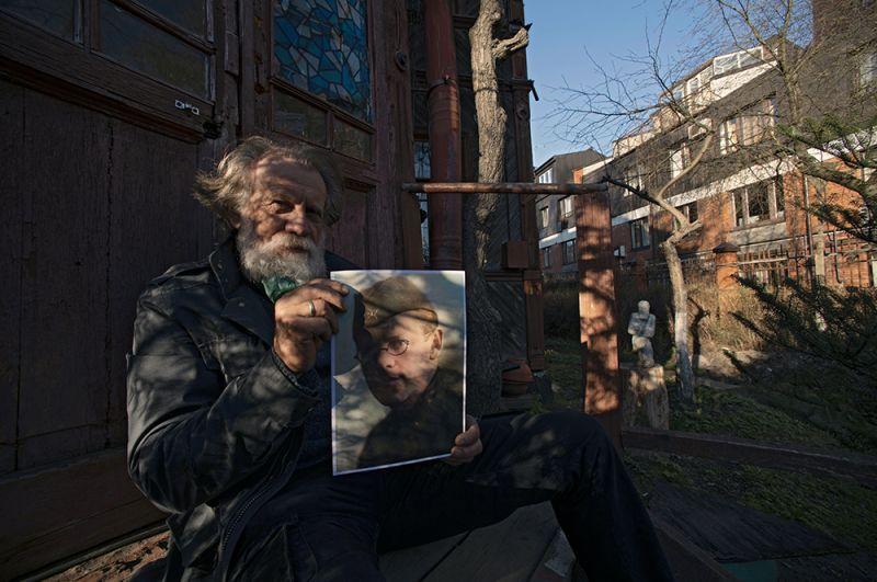 Скульптор Александр Позин держит в руках фотографию своего деда, ветерана Великой Отечественной войны Михаила Давыдовича Позина. Санкт-Петербург.