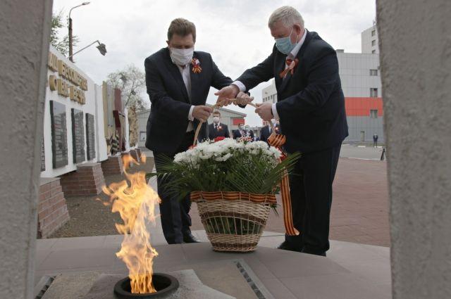 Управляющий директор и руководители Уральской Стали возложили цветы к «Вечному огню» Мемориала Славы на центральной проходной комбината.