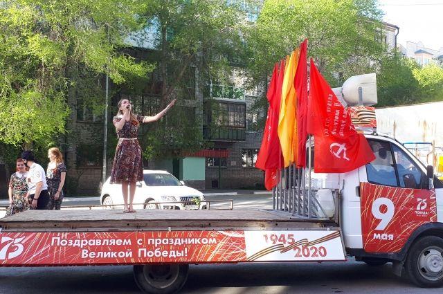 Для тюменского ветерана с военными песнями выступила фронтовая бригада