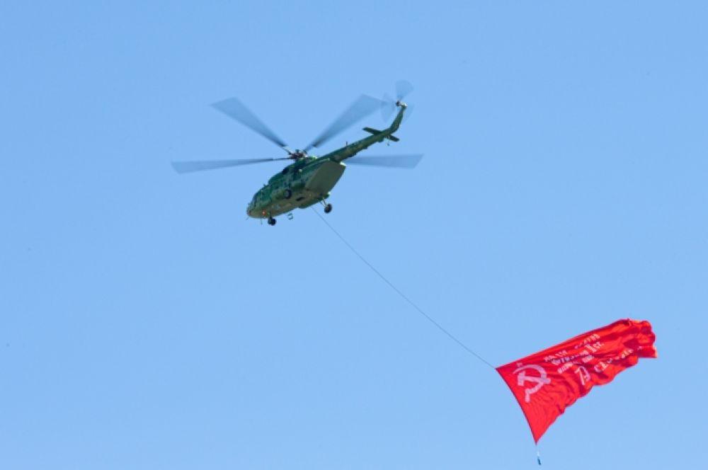 Ми-8 и знамя Победы.