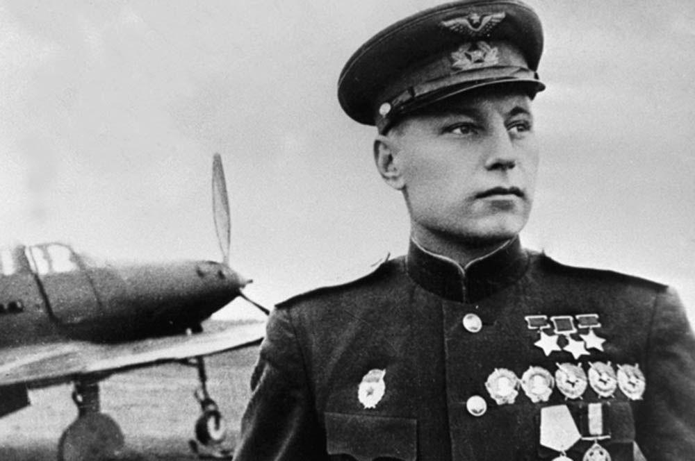 Александр Покрышкин. На его счету — 59 личных побед, и еще 6 самолетов он сбил в группе. Существует расхожая легенда, что, получив информацию о приближении его истребителя, немцы начинали передавать друг другу срочные сообщения: «Ахтунг! В небе Покрышкин!».