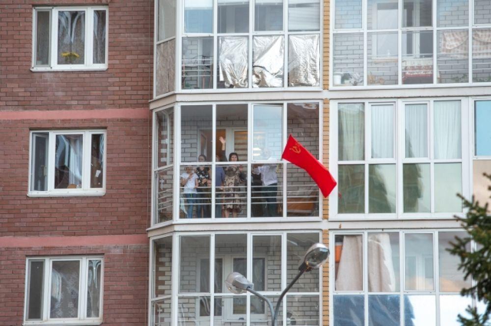 После минуты молчания казанцы стали выходить на балконы и исполнили песню «День Победы» вместе с соседями.