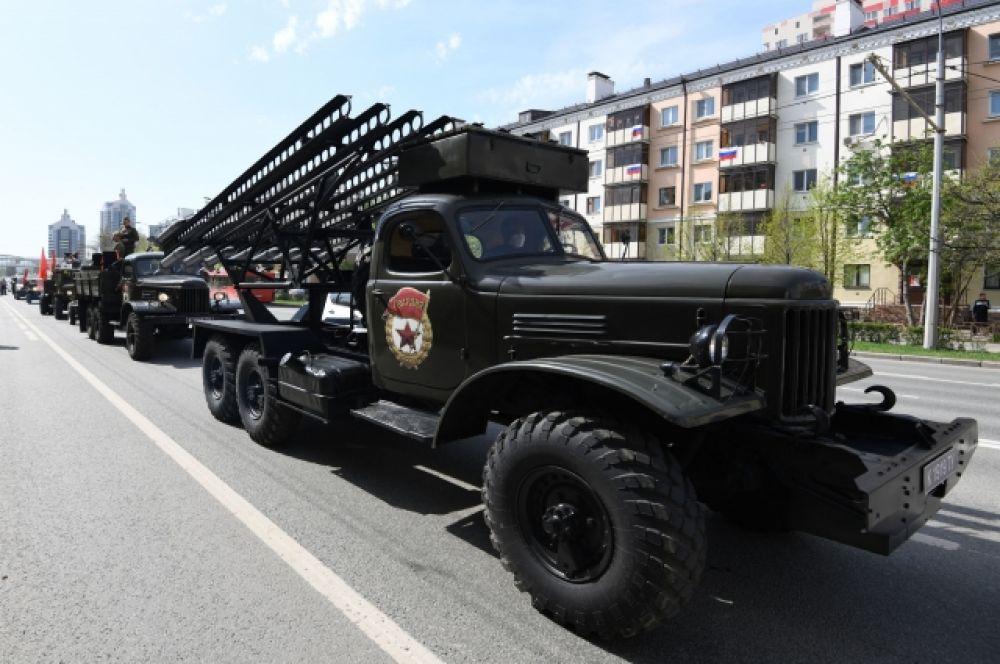 Проезд техники военных лет по улицам Казани.