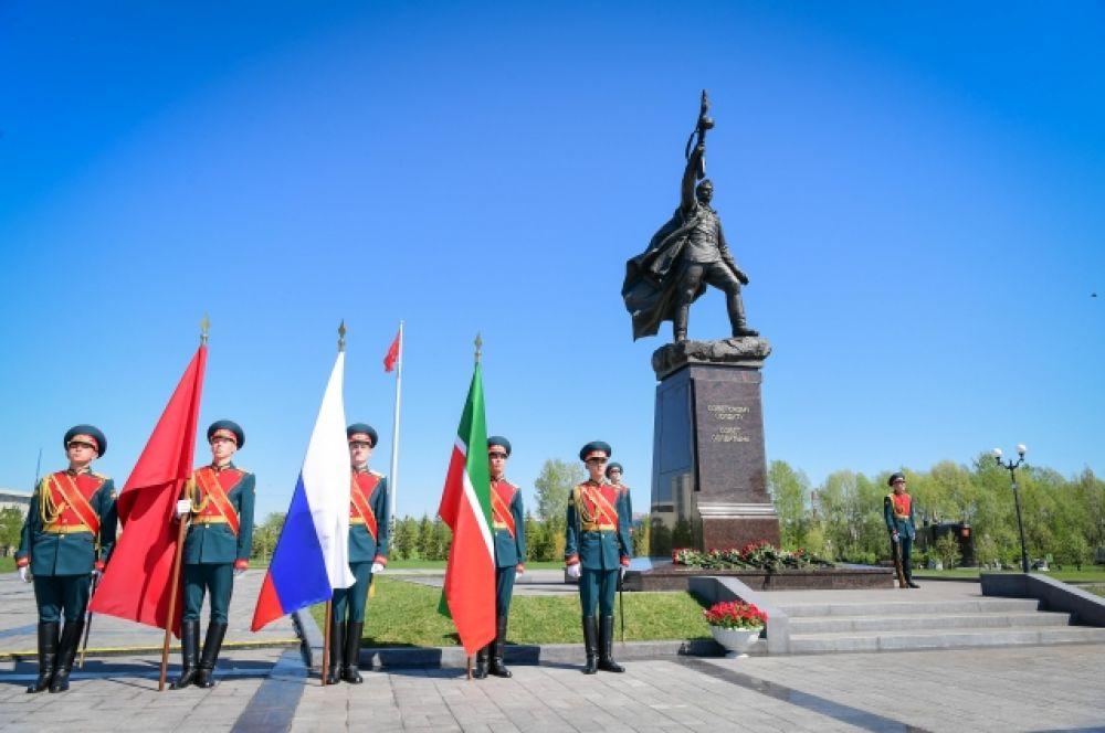 В парке Победы торжественно открыли бронзовый монумент Советскому солдату.