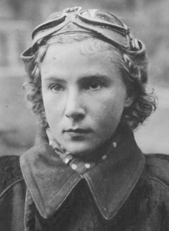 Лидия Литвяк. Фюзеляж ее верного Як-1 украшали не только ярко-красные звезды, символы воздушных побед, но и белоснежная лилия — особый знак летчика, которому разрешена «свободная охота» на противника. Всего за те десять месяцев, которые девушка посвятила защите Родины, она совершила 186 боевых вылетов, получила 3 ранения, сбила лично 11 самолетов и 3 самолета в группе.