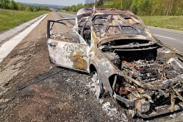 Сам  владелец успел выскочить и даже снял, как пламя пожирает его машину.