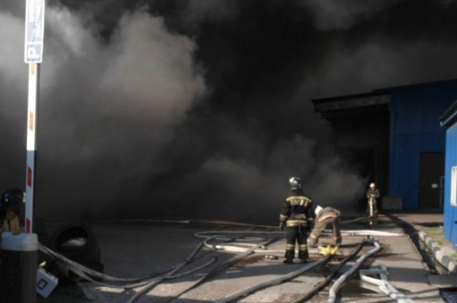 Пожар удалось локализовать в 19:35.