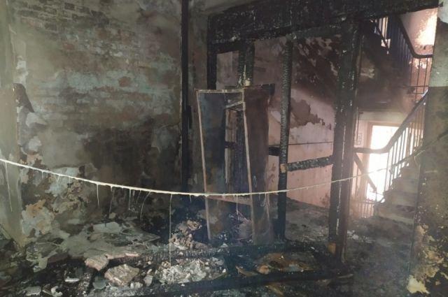 В Новотроицке пожарные спасли в горящем доме 16 взрослых и 6 детей.