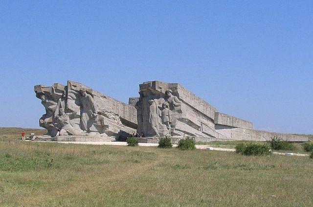 Аджимушкайские каменоломни. Архитектурная композиция у входа в музей.
