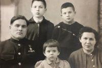 Михаил Девятаев с женой и детьми.