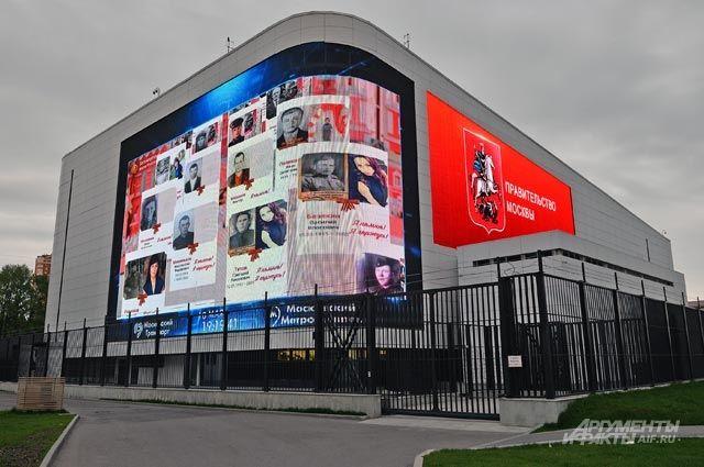 «Бессмертный полк» транслируется на медиафасаде Единого диспетчерского центра Московского метрополитена.