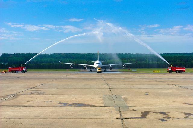 Международная традиция встречать самолеты.