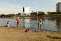 Несмотря на режим самоизоляции многие отправились купаться в Абаканской протоке в жару.