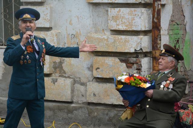 Фронтовик  пел военные песни вместе с Вадимом Черкасом.