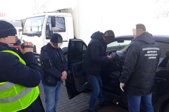 Пропускали иностранцев за $2000: в Одесской области задержали мошенников