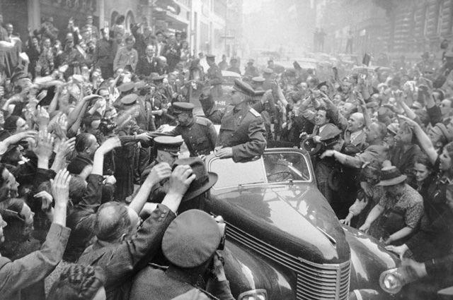 Жители Праги радостно встречают советских воинов-освободителей, во главе которых — маршал Иван Конев.