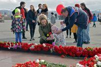 Несмотря на режим самоизоляции, 9 Мая толпы людей отправились к памятнику защитникам Советского Заполярья в годы Великой Отечественной войны. В большинстве своём северяне были без масок.