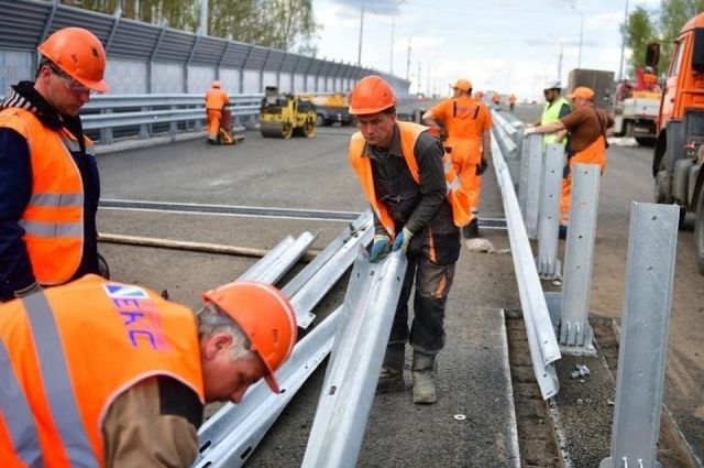 На Добрынинском мосту установлены барьерные и перильные ограждения,  шумозащитные экраны,  смонтированы столбы освещения.