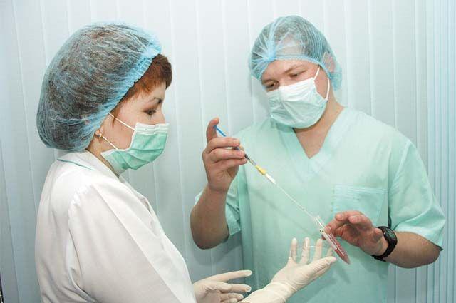 Если у медицинского работника есть выраженные признаки ОРВИ, биоматериал на анализ берётся немедленно.