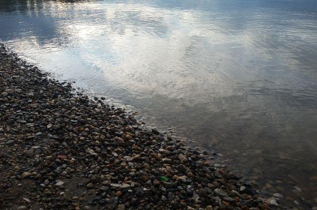 На берегу реки между мужчина произошёл конфликт.