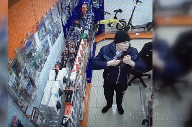 После того, как персонал магазина его заметил, мужчина скрылся.