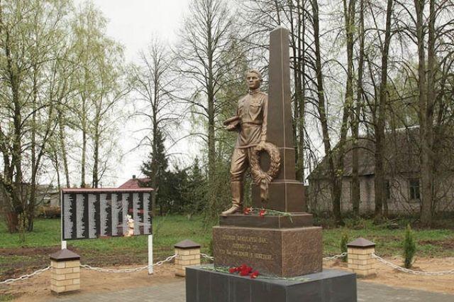 Слева от памятника воину-освободителю установлена мемориальная доска с именами погибших во время Великой Отечественной войны жителей Дубровки.