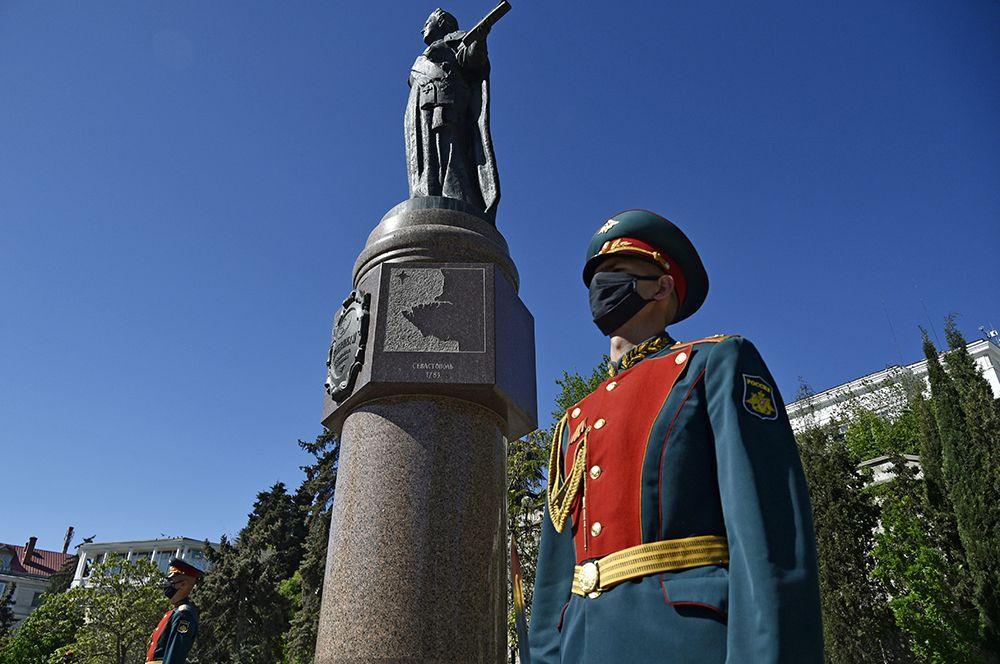 Рота почетного караула во время торжественного празднования 237-летия со дня образования Черноморского флота РФ в Екатерининском сквере.