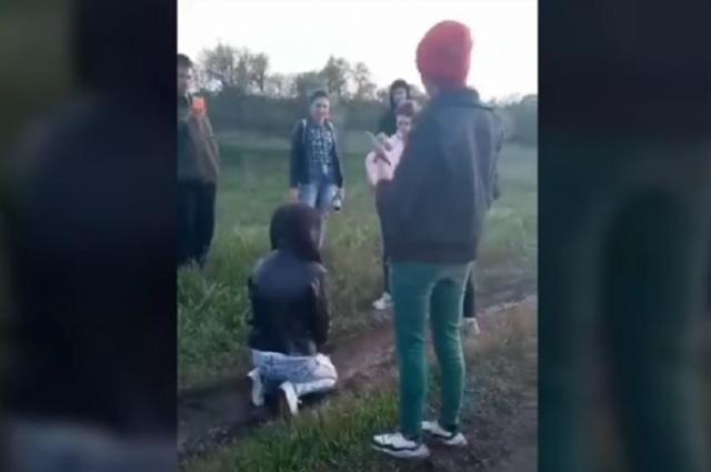 Ставили на колени: под Харьковом подростки избили девушку с инвалидностью