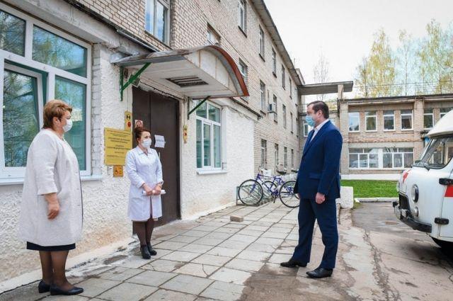 Главный врач Краснинской ЦРБ Светлана Ярунова (в центре) рассказывает главе региона о работе отделения скорой помощи.