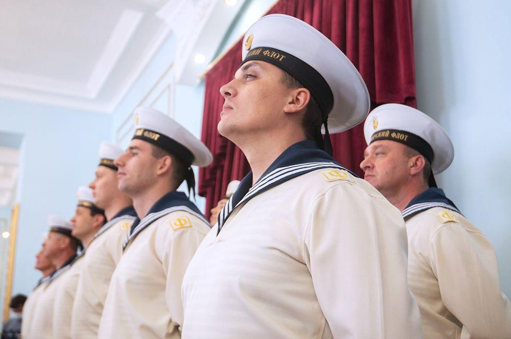Военнослужащие во время торжественного открытия отреставрированного Екатерининского зала в Доме офицеров.