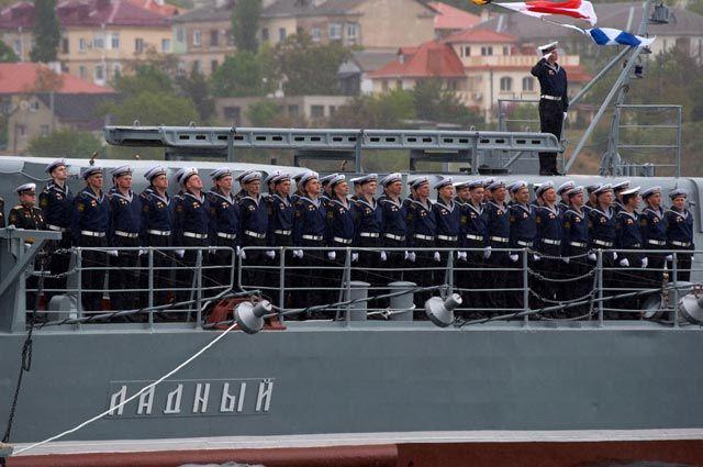 Военнослужащие Черноморского флота ВМФ России наборту сторожевого корабля «Ладный».