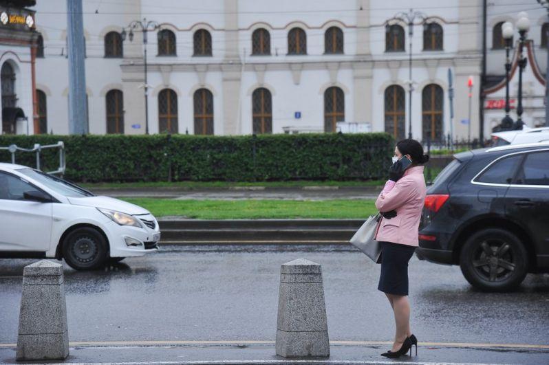 Девушка на площади трех вокзалов.