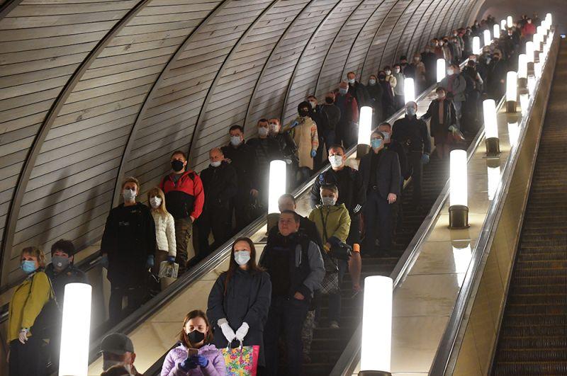 Пассажиры спускаются на эскалаторе станции «Курская» Московского метрополитена.