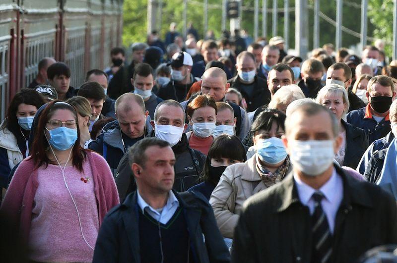 Пассажиры на платформе Курского вокзала в Москве.
