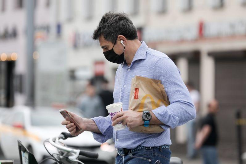Мужчина в маске на улице Москвы.