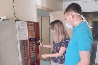 Чтобы взбодрить медиков, которые отдают все силы борьбе с эпидемией, Денис Чугунов вместе с другом Василием Барановым установил кофейный аппарат в МСЧ №1.