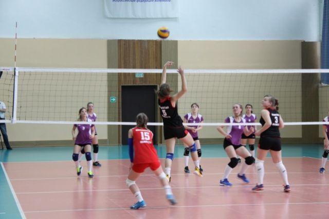 Спортсменки всегда рады поделиться опытом в ходе товарищеского матча.