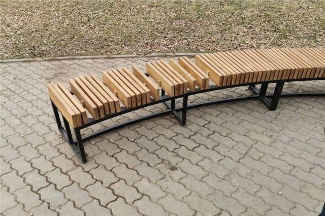 В Дивногорске неизвестные раскурочили недавно отремонтированную площадку общественного пространства.
