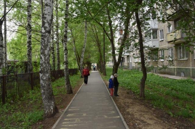 В Пермских дворах облагораживают тротуары и придомовые территории.