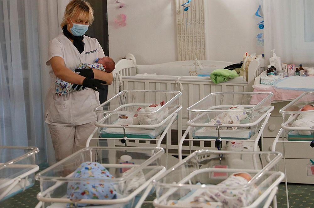 Персонал ухаживает за младенцами в отеле «Венеция» в Киеве.
